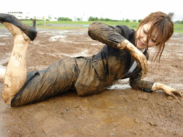 【泥エロ画像】泥祭的なアレで全身泥まみれになっているアレを見て勃起してもうたwww 15