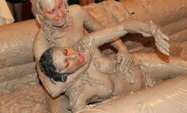 【泥エロ画像】泥祭的なアレで全身泥まみれになっているアレを見て勃起してもうたwww 22