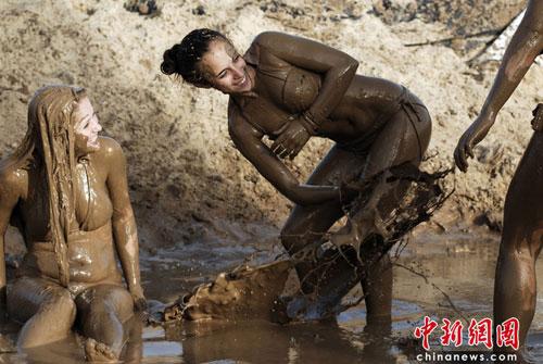 【泥エロ画像】泥祭的なアレで全身泥まみれになっているアレを見て勃起してもうたwww 26