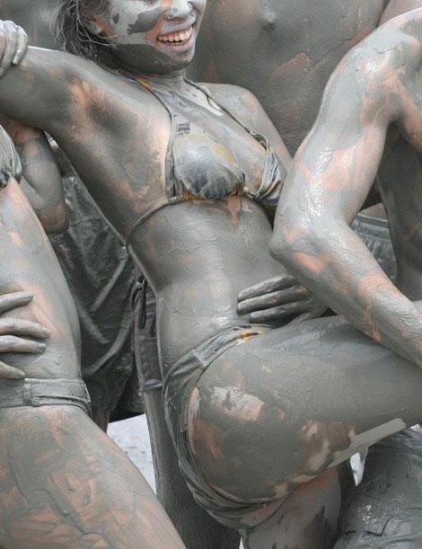 【泥エロ画像】泥祭的なアレで全身泥まみれになっているアレを見て勃起してもうたwww 32
