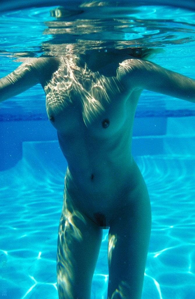 【水中エロ画像】水中で見る女性のエロい姿は幻想的でよりエロいと聞いてwww 18