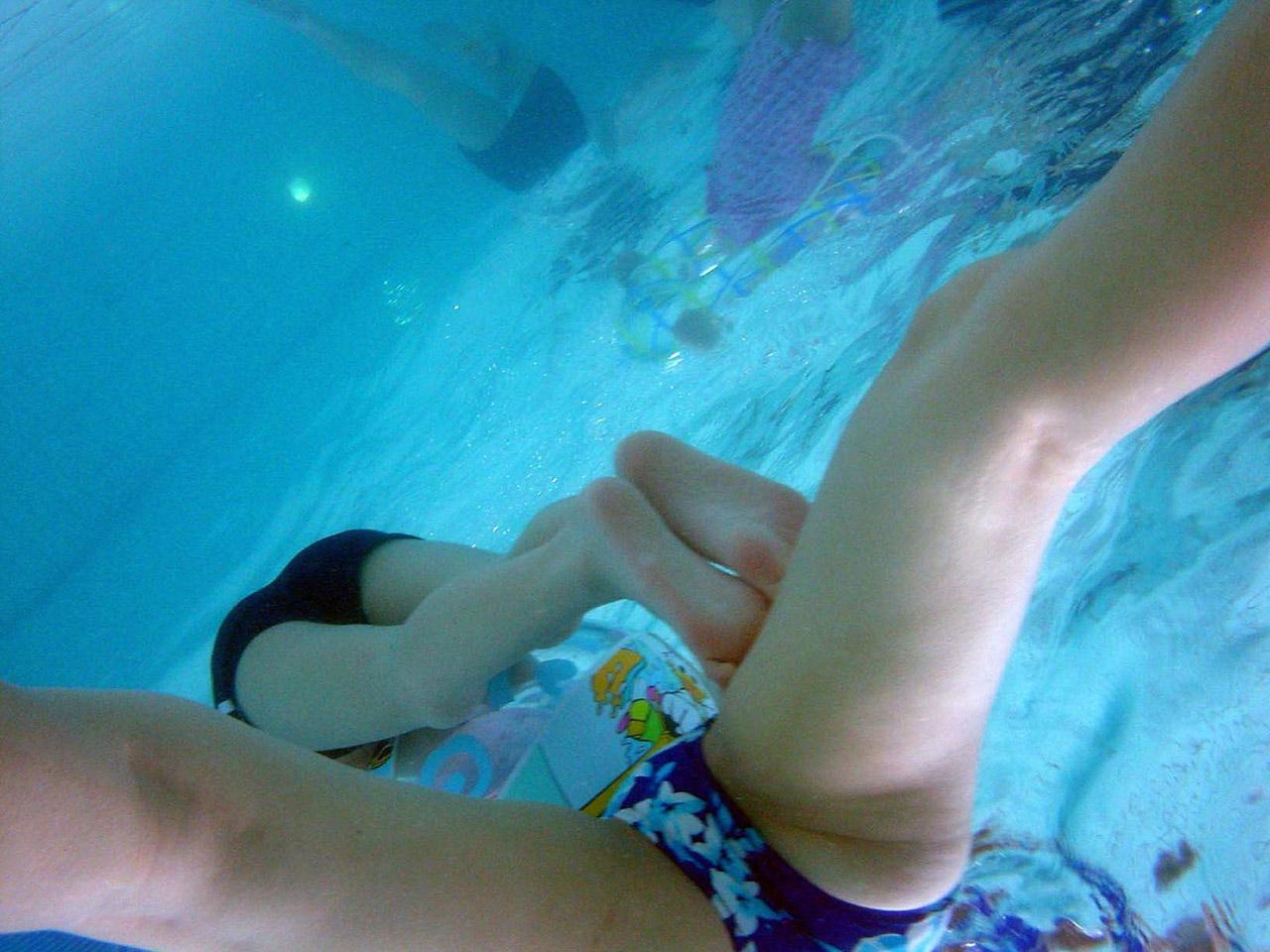 【水中エロ画像】水中で見る女性のエロい姿は幻想的でよりエロいと聞いてwww 25