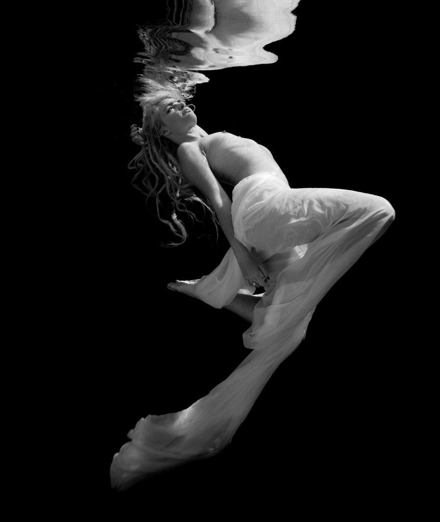 【水中エロ画像】水中で見る女性のエロい姿は幻想的でよりエロいと聞いてwww 29