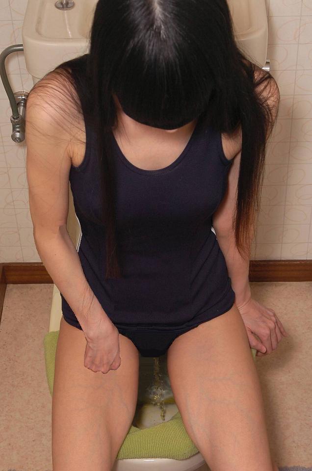 【放尿エロ画像】おしっこしている女の子を撮影すると笑顔なのはなぜwww 04