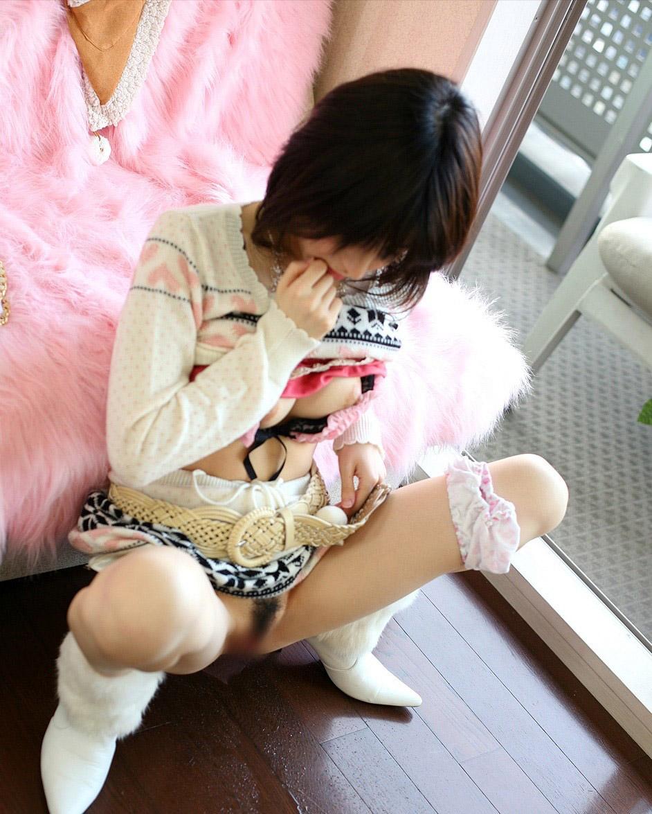 【放尿エロ画像】おしっこしている女の子を撮影すると笑顔なのはなぜwww 05