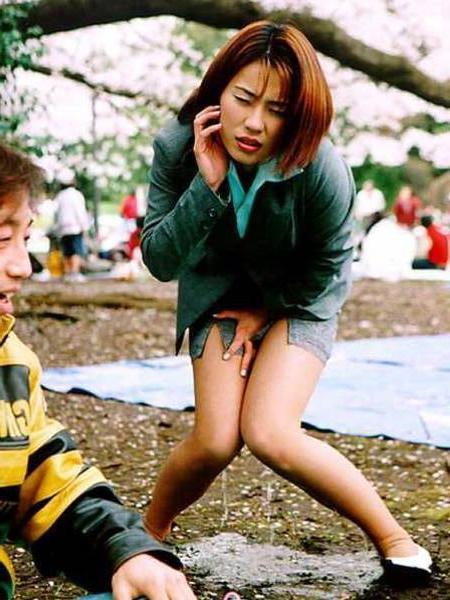 【放尿エロ画像】おしっこしている女の子を撮影すると笑顔なのはなぜwww 08