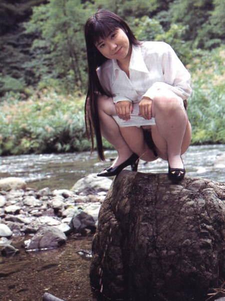 【放尿エロ画像】おしっこしている女の子を撮影すると笑顔なのはなぜwww 20