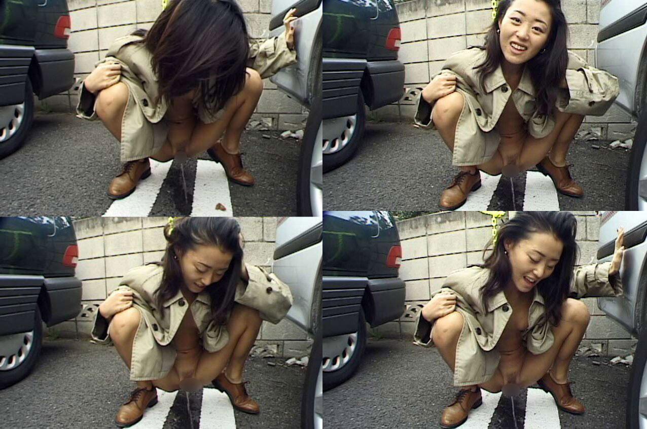 【放尿エロ画像】おしっこしている女の子を撮影すると笑顔なのはなぜwww 23