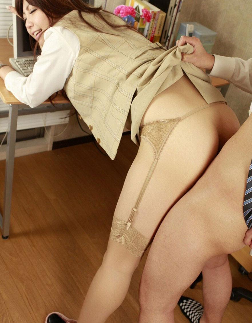 【着衣セックスエロ画像】服は脱がさないものだと再認識させられたハメ撮り画像www 36