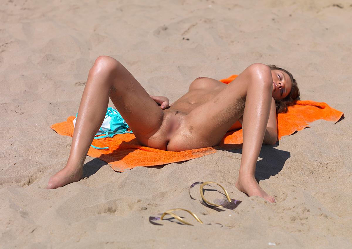 【ヌーディストビーチエロ画像】生で全裸女性が見れる浜辺があると聞いてwww 10