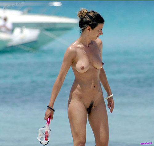 【ヌーディストビーチエロ画像】生で全裸女性が見れる浜辺があると聞いてwww 14