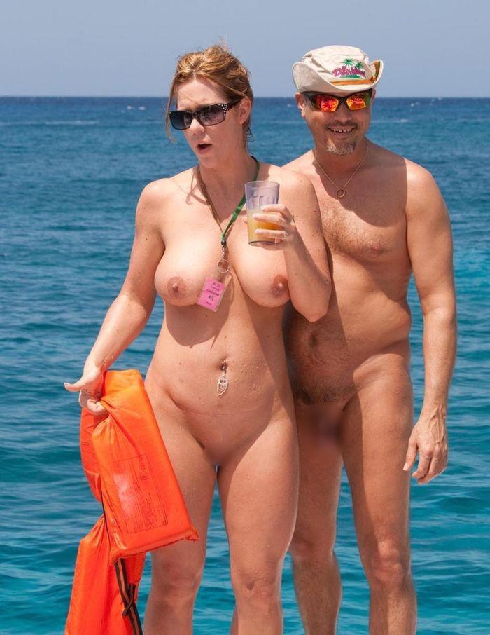 【ヌーディストビーチエロ画像】生で全裸女性が見れる浜辺があると聞いてwww 19
