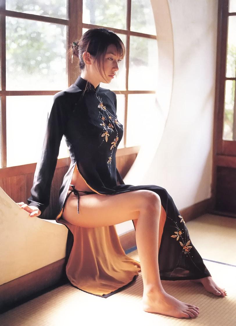 【チャイナドレスエロ画像】スリットの隙間から覗く妖艶な生足ほどエロい美脚はないアルね! 15