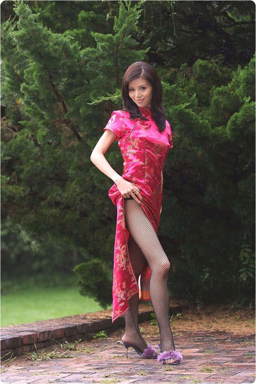 【チャイナドレスエロ画像】スリットの隙間から覗く妖艶な生足ほどエロい美脚はないアルね! 16