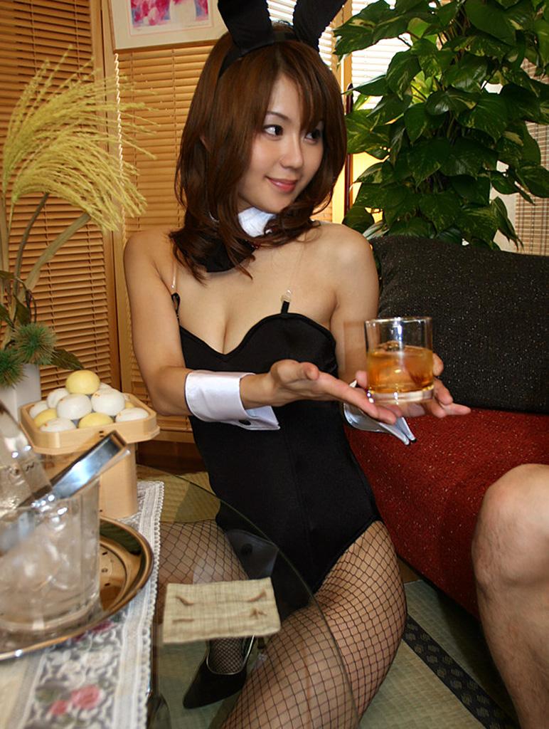 【バニーガールエロ画像】カジノのバニーは客の集中力を奪うために存在しているんじゃないか? 24
