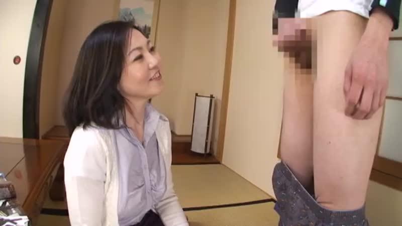 美魔女のお母さんが性欲旺盛な息子のセンズリ鑑賞をしてフェラ抜き!w